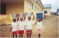 Nenes del poble portant aigua